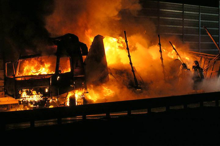 Die Flammen beschädigten auch die Lärmschutzwand.