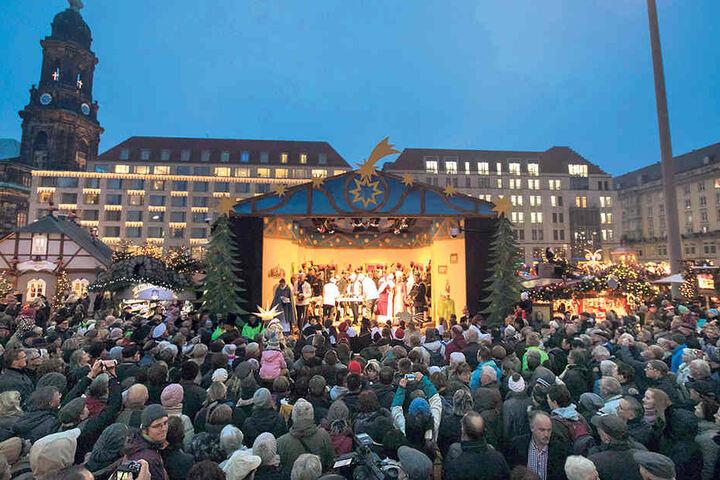 Das Herrnhuter Sternenmädchen Lena, Stollenmädchen Marie und der  Weihnachtsmann bei der Eröffnung.