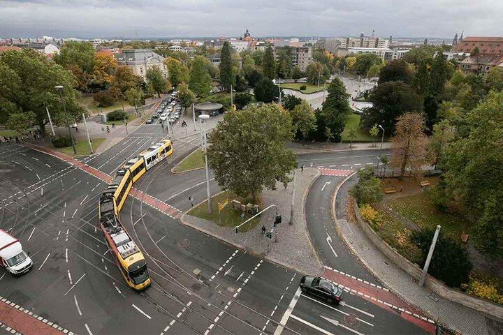 Verkehrsknoten Albertplatz: Wo Radler, Straßenbahnen, Autos und Fußgänger zusammentreffen, ist die Unfallgefahr besonders groß.