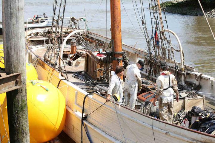 """Das in der letzten Nacht gehobene Segelschiff """"No. 5 Elbe"""" wird untersucht. Der erst jüngst aufwendig sanierte historische Lotsenschoner war auf der Elbe mit einem Containerschiff kollidiert und gesunken."""