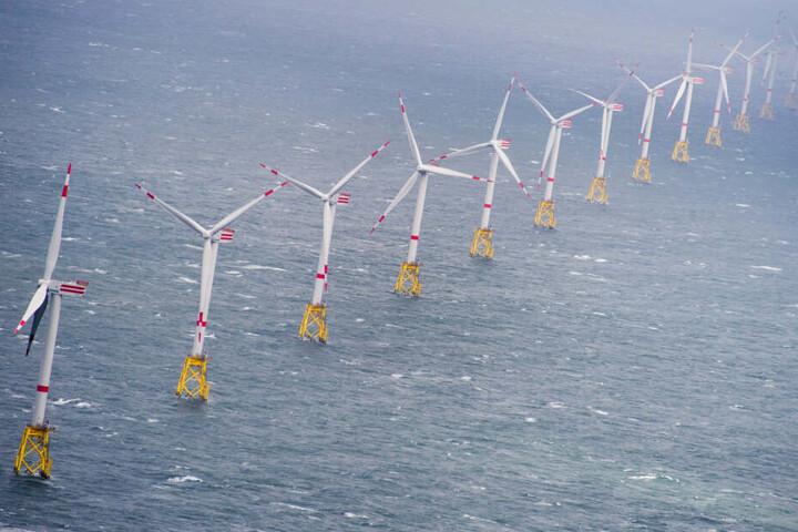 """Aus Windkraft wird Wasserstoff: Zahlreiche Windkraftanlagen stehen am im Offshore Windpark """"Nordsee-Ost"""" in der Nordsee."""