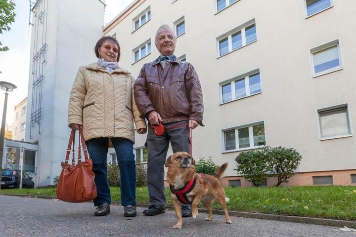 Eberhard Vogel (80) und seine Frau Martina (66) spazieren mit  Mischlingshündin Doreen durch das Viertel, genießen den Herbst und die Ruhe.