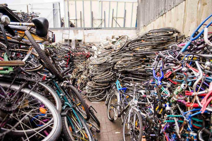 Bei einer Razzia in Rothenburgsort hat die Polizei im April 2017 mehr als 1000 vermutlich gestohlene Fahrräder sichergestellt.