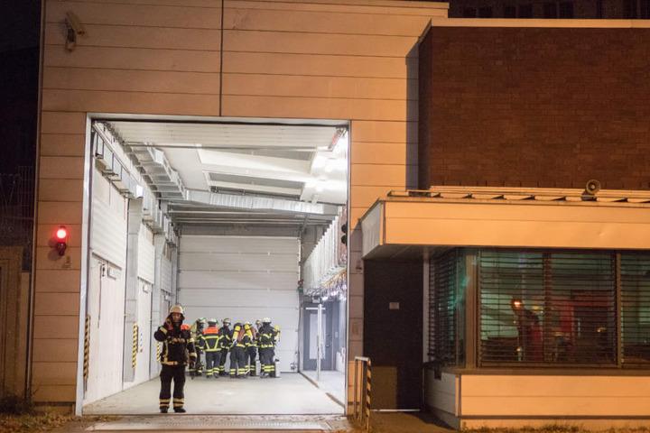 Die Feuerwehrmänner mussten das Gebäude durch eine Schleuse betreten.