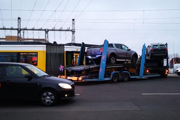 Mit diesem Autotransporter krachte die Tram zusammen
