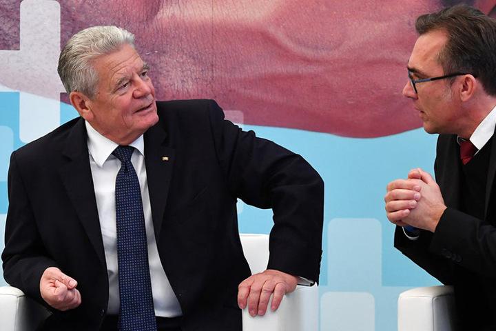 LautThüringens Ministerpräsident Ramelow leidet der Bundespräsident (l.) an einem Magen-Darm-Infekt.