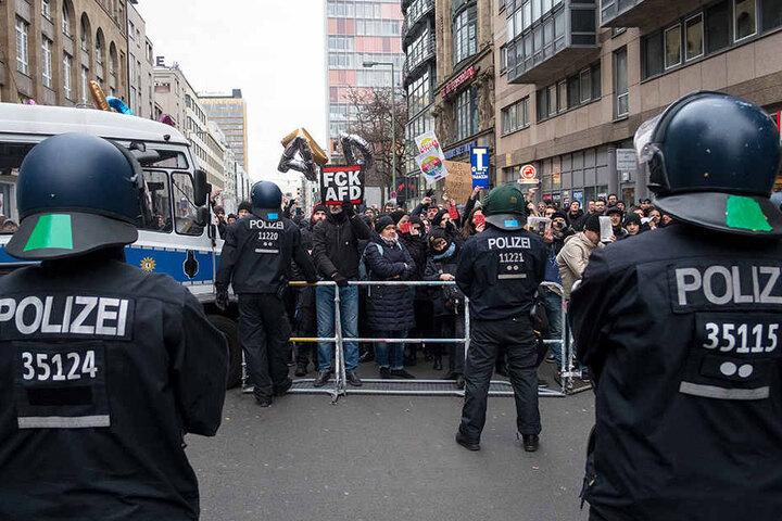 Gegendemonstranten an der Blockade am Checkpoint Charlie.