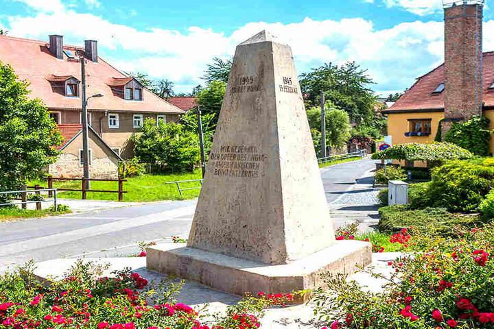 """""""Wir gedenken der Opfer des anglo-amerikanischen Bombenterrors""""  - Der Spruch wird schon lange von der rot-rot-grünen Stadtratsmehrheit kritisiert."""