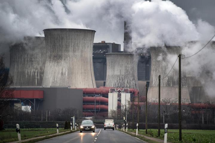 Das Kraftwerk Niederaußem gehört laut Greenpeace zu den schmutzigsten in Europa.