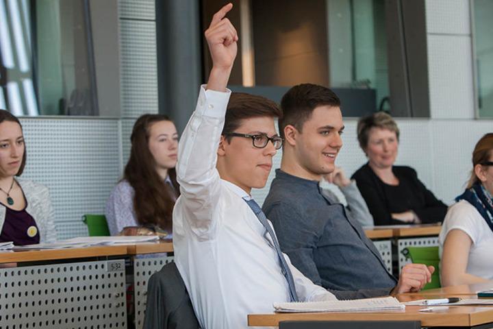 Früh übt sich: Noah Wehn (15) aus Leipzig meldet sich freiwillig für die  Rolle des Ministerpräsidenten.