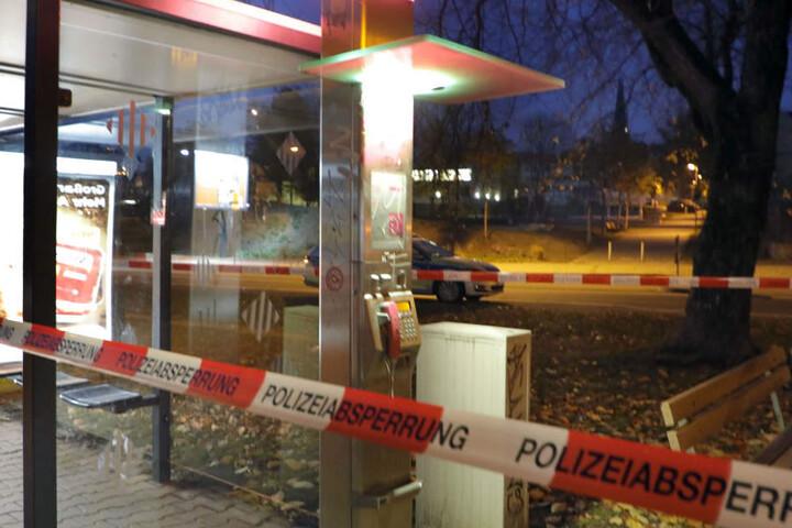An dieser Telefonzelle in der Augustusburger Straße drohte der Täter am Dienstag mit einer Bombe.