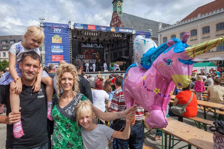 Dirk Schuerer (41) mit Yette (4), Mutti Rebecca Schuerer (34)  und Linda (9) vor der Großen Bühne am Hauptmarkt.
