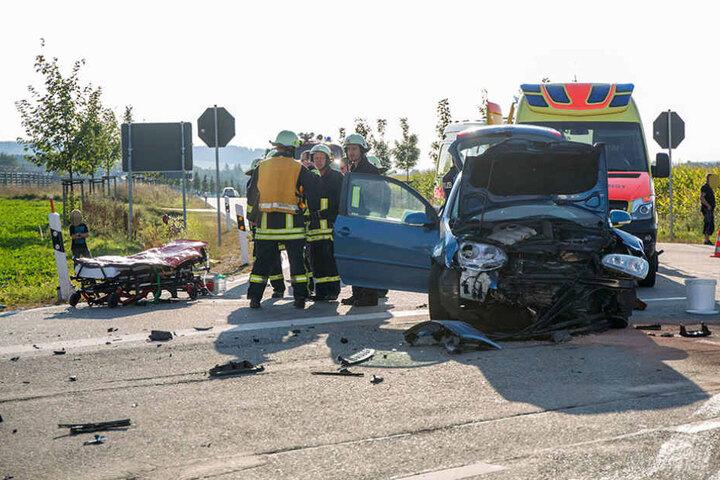 Während einer der Wagen auf ein Feld geschleudert wurde, blieb der andere mitten auf der Kreuzung stehen.