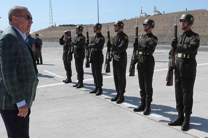Recep Tyyip Erdogan (li) sah sich erst die militärische Ehrenwache an, danach hielt er vor seinen Anhängern eine Rede.