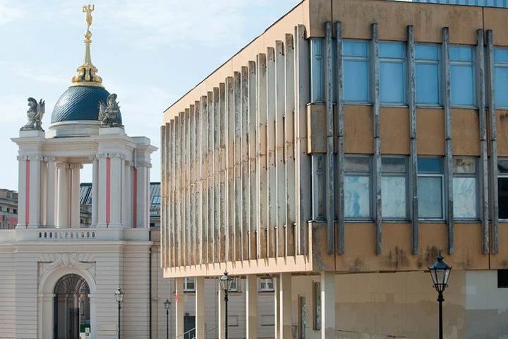 Architektur aus zwei grundverschiedenen Epochen: Die Fachhochschule (re.) neben dem Stadtschloss.