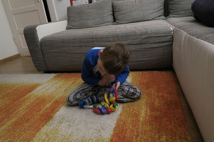 Domenik und sein Lieblings-Spielzeug. Sobald er es zu greifen bekommt, ist er kaum noch zu halten.