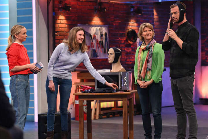 Juror Joko Winterscheidt testet die Wärmepads von Annika und Karin Sannemüller.