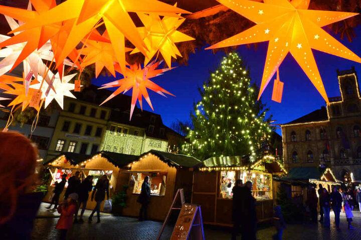 Der Weimarer Weihnachtsbaum will am Samstag prächtig geschmückt werden.