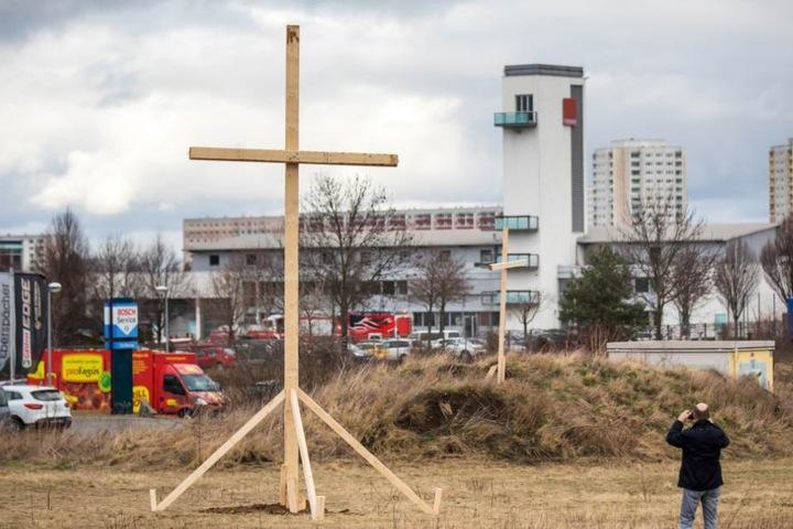 """Mit einem Holzkreuz auf einem benachbarten Gelände protestierte das Bündnis """"Bürger für Erfurt"""" gegen den Bau. (Archivbild)"""