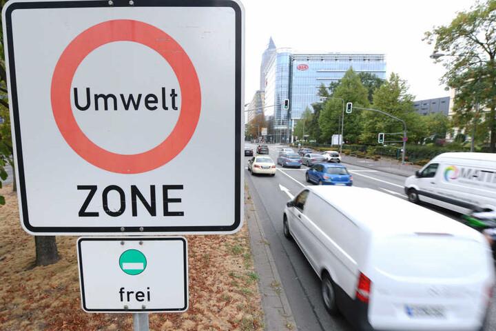 """In der Theodor-Heuss-Allee nahe des Frankfurter Messegeländes prangen Verkehrsschilder mit der Aufschrift """"Umwelt Zone""""."""