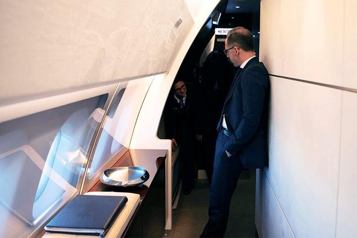 Außenminister Heiko Maas (52, SPD) steht nach der Landung in New York im Airbus A340 und wartet.