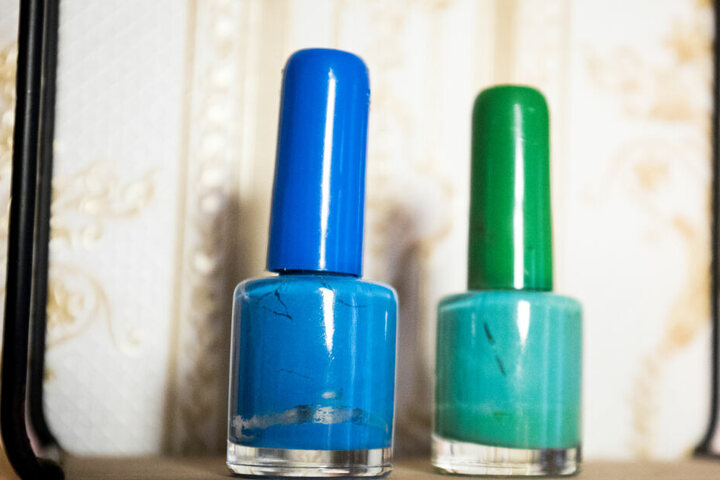 Zwei Fläschchen mit blauem und grünem Nagellack aus der Sammlung von Carolin Gorra sind Teile ihrer riesigen Nagellacksammlung.