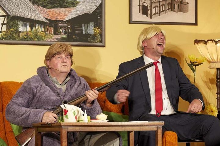 Die Weltpolitik schwappt ins Biertheater: Malzau wird von einem gewissen Detlef Trump (Peter Splitt, r.) heimgesucht. Gisela Kleinschmidt (Hans-Jörg Hombsch, l.) bleibt da nur der Griff zur Flinte...