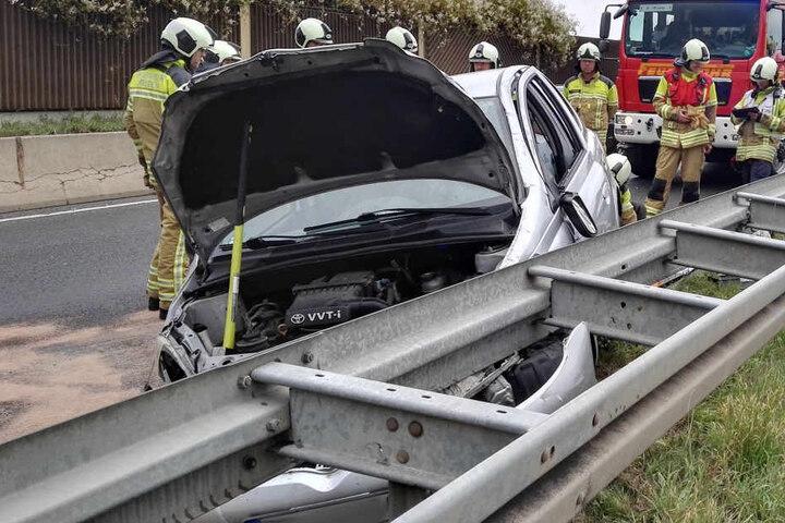 Die Feuerwehr übergab den verletzten Fahrer an die Rettungskräfte.