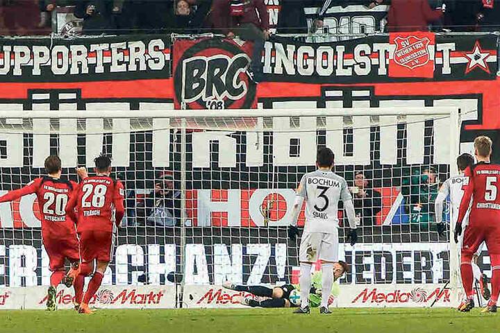 """""""Kläglich verschossen"""", sagte Stefan Kutschke selbst zu seinem Elfer, bei dem er den Ball Bochums Keeper Manuel Riemann in die Arme schob."""