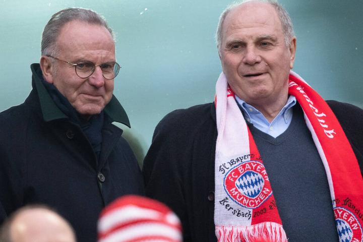 Bayern-Präsident Uli Hoeneß (r.) und der FC Bayern prüfen aktuell einen Einstieg in den eSport.