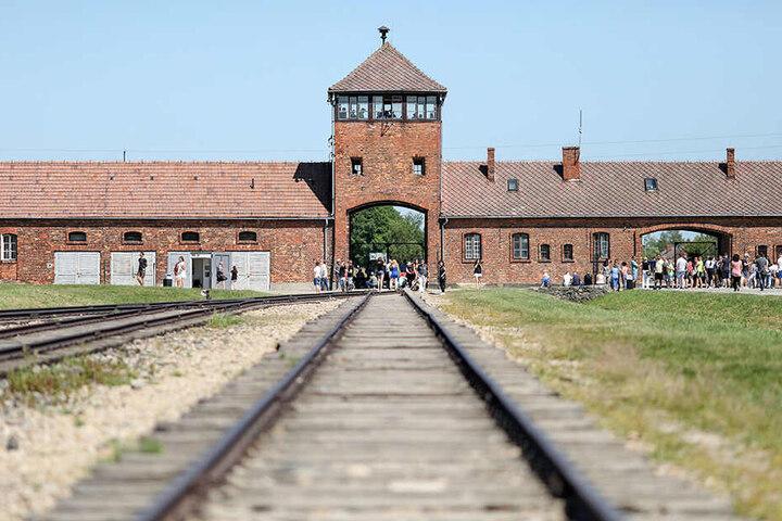 Blick auf das historische Tor im früheren Vernichtungsslager Auschwitz-Birkenau.
