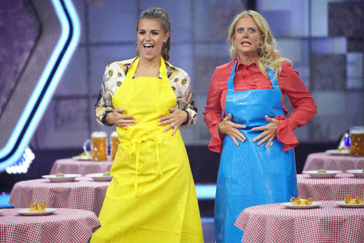 Wer sieht besser in der Schürze aus: Laura Wontorra (lil.) oder Barbara Schöneberger (re.)?