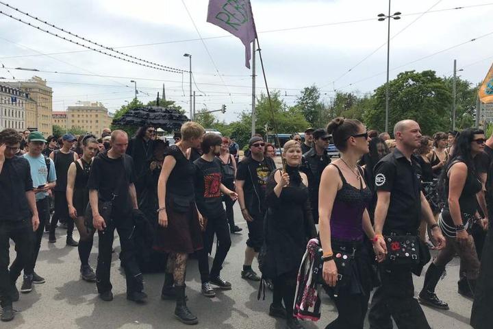 Zahlreiche WGT-Besucher schlossen sich der Demonstration an.