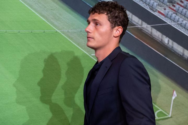 Benjamin Pavard bei der Pressekonferenz zu seiner Vorstellung als Neuzugang beim FC Bayern.