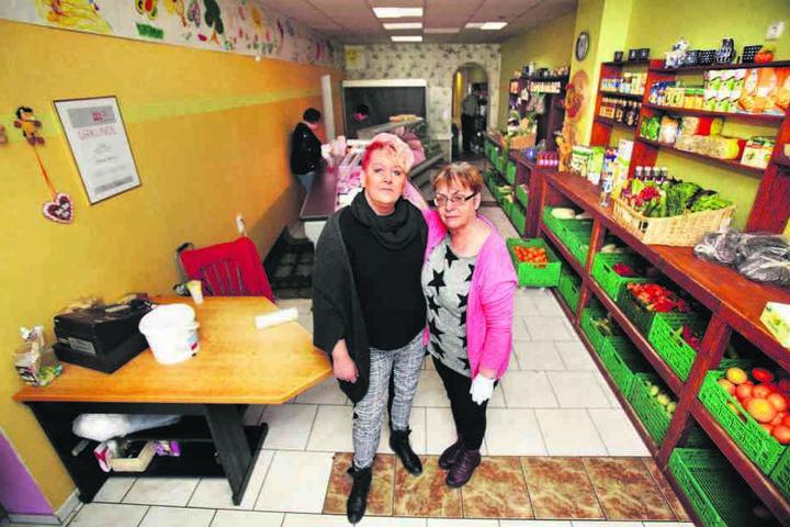 Froh, dass der Lebensmittel-Klau vorbei ist, doch vom mutmaßlichen Täter enttäuscht: die Freitaler Tafel-Chefin Karin Rauschenbach (50, l.) mit einer ihrer Mitarbeiterinnen.