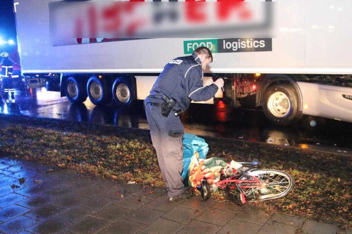Ein Polizist sichert Spuren am Unfallort.