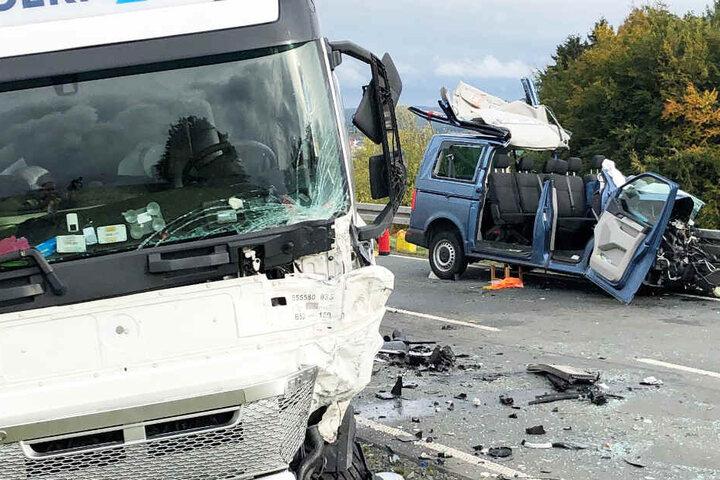 Auf der Bundesstraße 289 ist in Bayern ein VW-Bus frontal mit einem Lastwagen kollidiert.