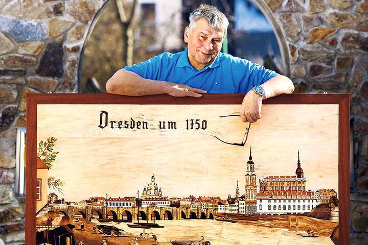 """Intarsienschneider Harry Müller (70) aus Thum mit seinem neuesten Meisterwerk """"Canaletto-Blick - Dresden um 1750"""", das am Wochenende in Annaberg erstmals öffentlich zu bestaunen ist."""