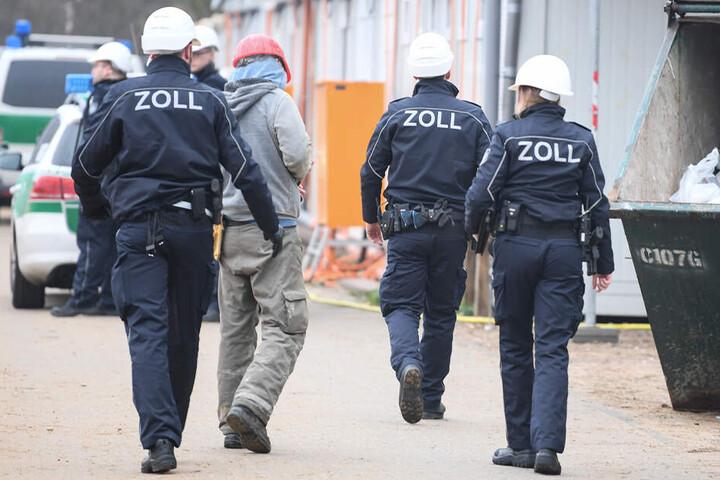 Laut Zoll entstand der Sozialkasse ein Schaden von mehr als 320.000 Euro. (Symbolbild)