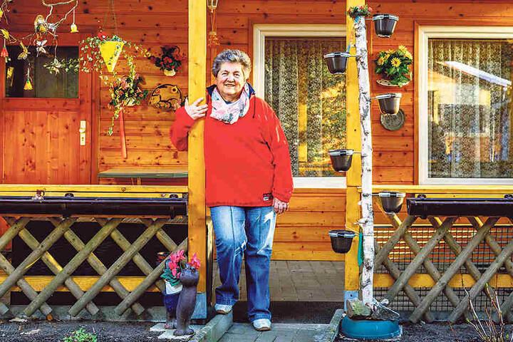 """Annelies Habich (73) und ihr Mann Egon (71) aus Schönfeld wohnen seit 1991 auf dem Platz. """"2014 sind wir sogar einmal innerhalb der Anlage umgezogen, um uns vergrößern zu können."""" Vor zwei Jahren haben sie das Dach neu gedeckt."""