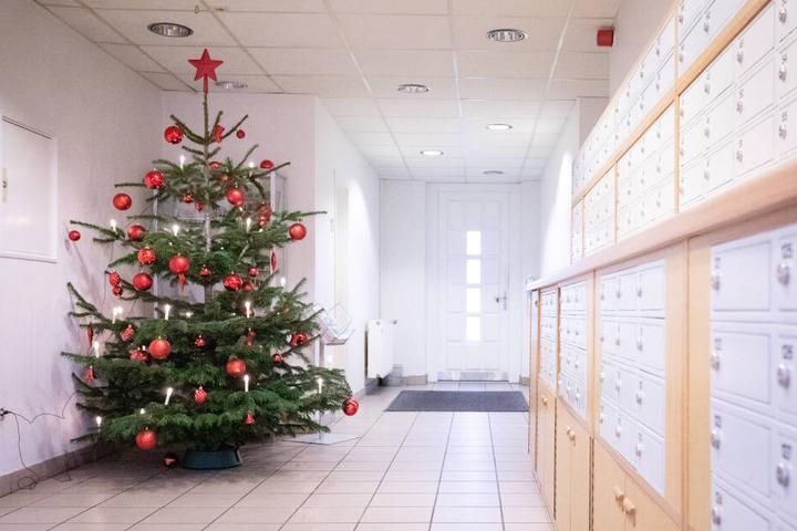 Ein geschmückter Weihnachtsbaum steht im Haupteingang der Justizvollzugsanstalt Glasmoor.