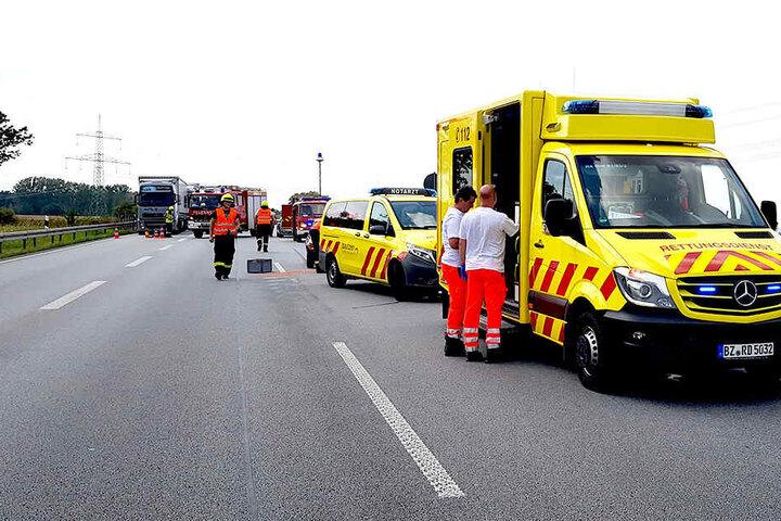 Der Rettungsdienst war nach dem Crash im Einsatz, kümmerte sich um eine verletzte Person.