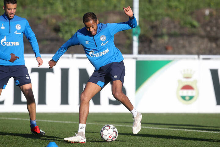 """Louis Samson in Schalke-Klamotten beim Training. Der 23-Jährige kickt derzeit für die 2. Mannschaft """"Königsblauen"""" in der Oberliga und könnte in der Transferperiode ablösefrei zum FC Aue wechseln."""