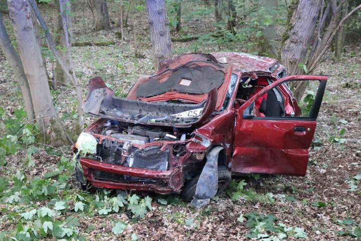 An einer Waldzufahrt hob der Pkw ab, schleuderte durch die Luft, prallte gegen einen Baum und überschlug sich.
