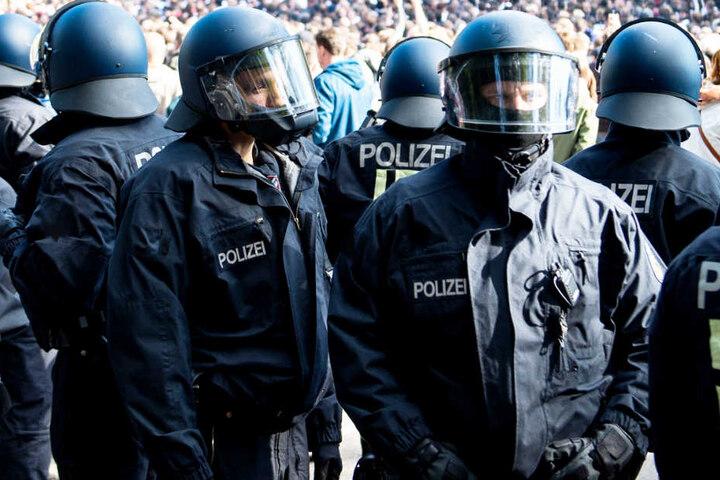 Bei Fußballspielen kommt es leider immer wieder zu Gewalt zwischen Fans und Polizei. (Symbolbild)