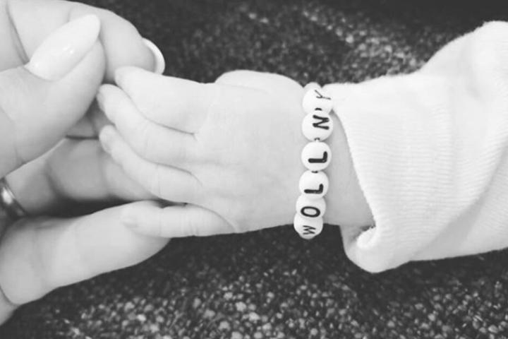 Auf Instagram postete Sylvana bisher nur ein Bild von ihrer Hand und der ihres neugeborenen Kindes.