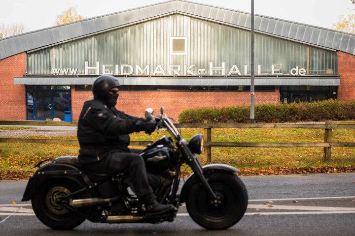 Ein Rocker fährt mit seiner Maschine an der Heidmark-Halle in Bad Fallingbostel vorbei.
