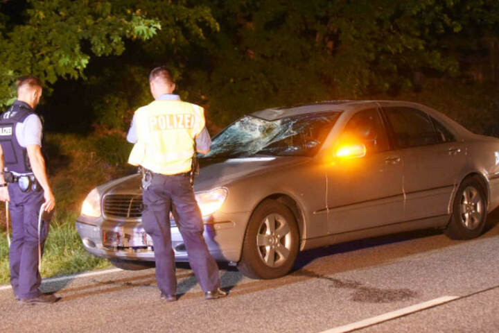 Polizisten bei der Unfallaufnahme auf der B158 in Blumberg.