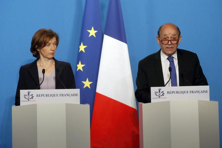 Außenminister von Frankreich, und Florence Parly, Verteidigungsministerin von Frankreich, geben eine Pressekonferenz nach einer Krisensitzung mit Macron, Präsident von Frankreich.