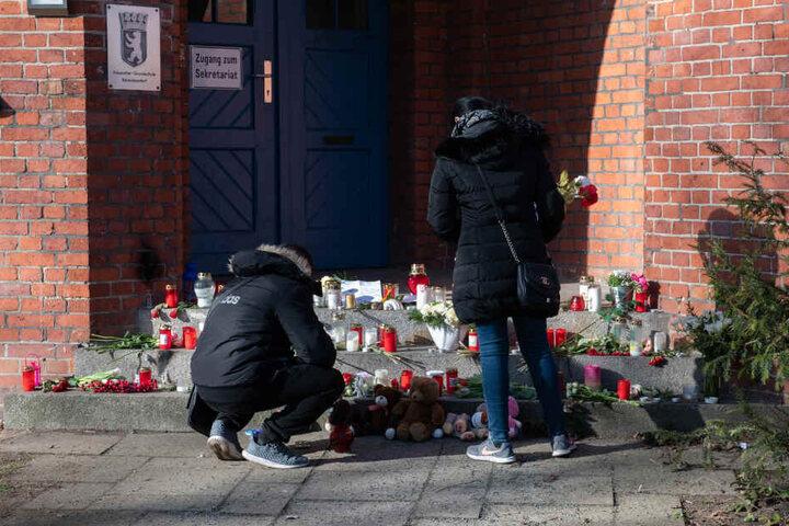 Die zahlreichen Kerzen und Blumen vor der Schule sollen durch einen Trauerraum im Gebäude ersetzt werden.